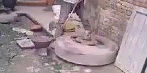 Modelagem de cerâmica com máquina primitiva, pelo menos assim não polui!
