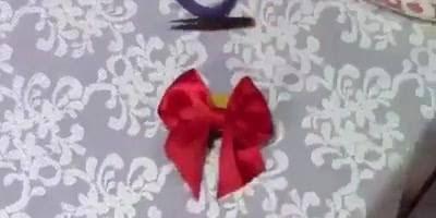 Aprenda a fazer um lindo laço vermelho para os cabelos nesse video!