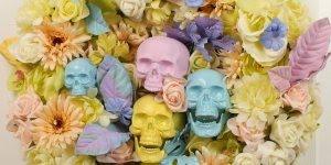 Arranjo de flores com caveira, para enfeitar porta no dia da festa de Halloween!