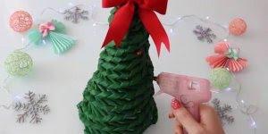 Árvore de Natal feita com jornais, uma super ideia para enfeitar sua sala!