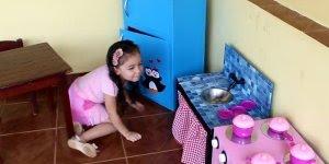 Cozinha para criança feita de caixas de papelão, o resultado é super fofo!