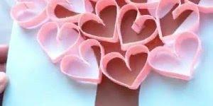 Desenho de árvore feita com mão e corações, para se divertir com crianças!
