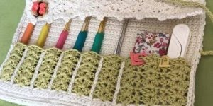 Estojos feitos de crochê, para organizar suas agulhas e suas coisas de costuras!