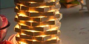 Luminária feita com prendedores desmontados e palitos de picolé!