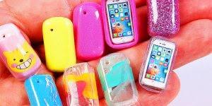Miniaturas de capinhas para celular de boneca, que coisa fofa!