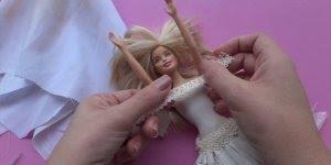 Roupinha de barbie feita com balão de festa e sacolas de supermercado!