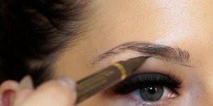 Desenhando a sobrancelha com maquiagem, o resultado é perfeito!