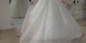 Esse vestido saiu de um conto de fadas, só pode! Veja que coisa mais linda!!!