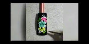 Flores em unhas pretas, fica um lindo trabalho, confira!