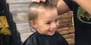 Garotinho cortando cabelo, olha só que coisa mais fofinha gente!!!