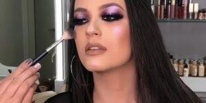 Inspiração de maquiagem com sombra lilas metálica, e lápis preto bem marcado!!!