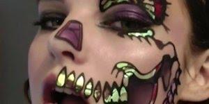 Maquiagem artística na metade do rosto de mariposa, maravilhosa!