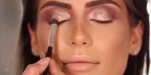 Maquiagem com sombra metálica, e gloss nos lábios, olha só que maravilhosa!!!