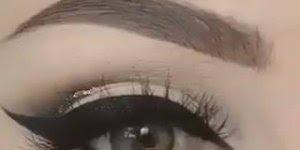 Maquiagem para olhos com delineado e detalhe dourado, lindo!