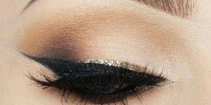 Olho com esfumado marrom e delineado com contorno dourado, vale a pena conferir!
