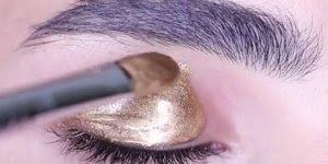 Tutorial de como fazer uma linda sombra dourada, com gloss e purpurina!!!