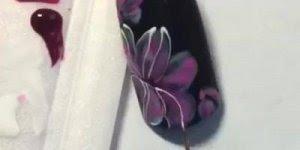 Unha preta com desenho de flores, uma obra artísticas nas unhas!