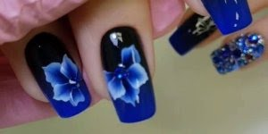 Unhas Azuis e Pretas com apliques - Um verdadeiro show de unhas!