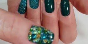 Unhas com esmalte verde, com filha unica com Glitter e aplicação de strass!!!