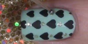 Unhas decoradas com coração e brilho, simplesmente adorável!