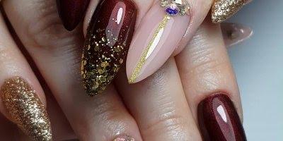 Unhas em acrigel, esmaltadas com vermelho metálico e detalhes dourados!!!