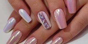 Unhas metalizadas com detalhe, quem gostaria de ter as unhas assim?