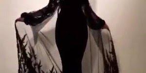 Vestido preto estilo Mortiça, com capa transparente, confira!