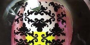 Vídeo com inspiração de unhas nas cores brancas com amarelo, e desenho preto!