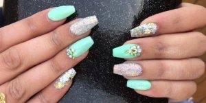 Vídeo com linda inspiração de unhas na cor verde claro, e aplicação de strass!!!