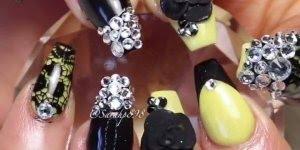 Vídeo com lindas unhas pretas e amarelas com aplicação de strass!!!