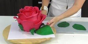 Aprenda a fazer um lindo bolo em formato de rosa, o resultado é incrível!