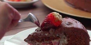 Bolo de chocolate com recheio de morango, uma combinação que todo mundo ama!