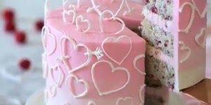 Bolo decorado com corações, fica lindo e gostoso, confira!