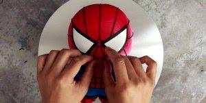 Bolo em formato do Homem-Aranha, siga o passo a passo e divirta-se!
