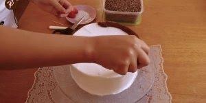 Decoração de bolo para iniciantes, fica lindo e aparentemente gostoso!
