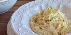 Espaguete ao molho de 3 queijos, uma delícia super fácil de fazer!
