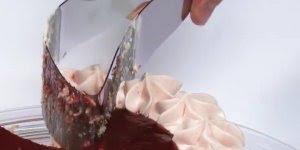 Espátula de cortar bolo que padroniza na hora de servir, confira!