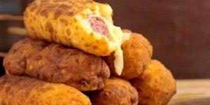 Linguiça empanada no palito, crocante por fora e saborosa por dentro!