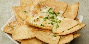 Nachos de pastel com frango e mussarela, perfeito para servir como tira-gosto!