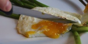 Ovo Frito com queijo parmesão e aspargo, uma ideia diferente!