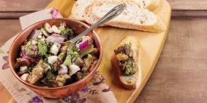 Receita de salada de berinjela com castanha-do-pará, uva-passa e hortelã!!!