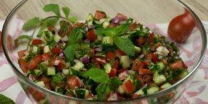 Receita de Salada Mediterrânea de Pepino, super colorida e saudável!