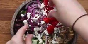 Salada com filé de frango e molho de iogurte Grego, uma receita Fit!
