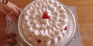Vídeo com bolo sendo confeitado lindíssimo, vale a pena conferir!!!