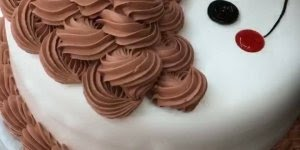Vídeo com bolo sendo confeitado, simplesmente maravilhoso!!!